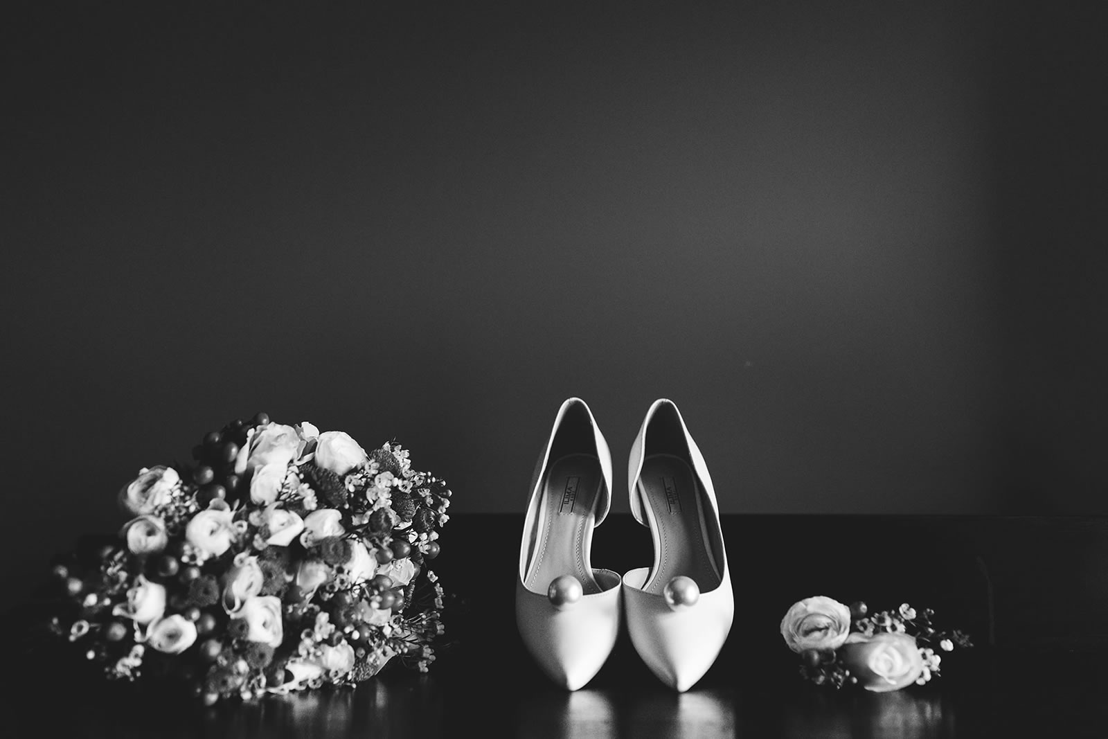 getting ready :: Alessia Franco :: Black and white wedding photographer based in Florence, Tuscany, Italy :: Alessia Franco